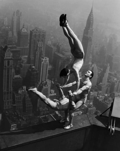 Otto Bettmann.Acróbatas en el Empire State Building 1934.