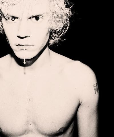 ikissedsuperman:   3/25 Pictures of desirable Men. ↳ Evan Peters.