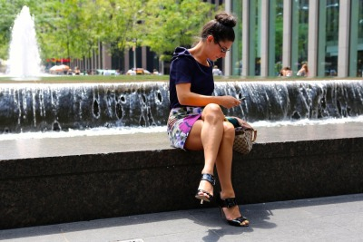 Lunchtime break at 49th and Avenue of the Americas…Midtown West, NYC (via Fashables)