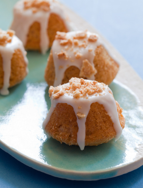 today's tiny bites recipe: cinnamon toast crunch coffee cake bites! from spoon fork bacon