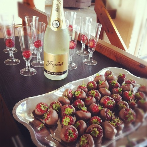 the-absolute-best-posts:  natashanicole88 Champagne and Chocolate Dipped Strawberries…heaven. Sighhhhhhh.