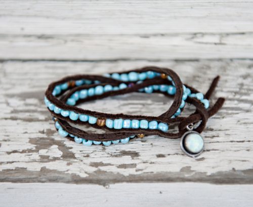 classymissmolassy:  Beaded Leather Bracelet Tutorial.