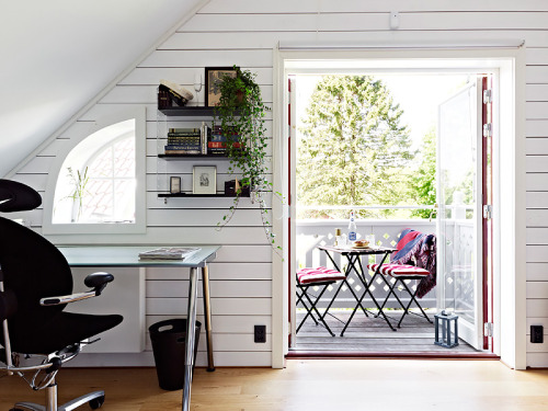 inspiring attic workspace with terrace (via Alla bilder)