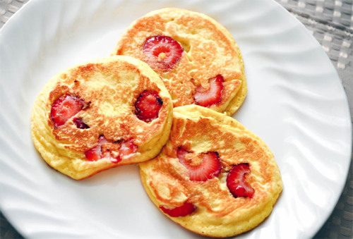 lmichelle:  strawberry almond flapjacks (sugar & grainfree)  cant wait till i can have eggs and almonds again   THIS IS HAPPENING