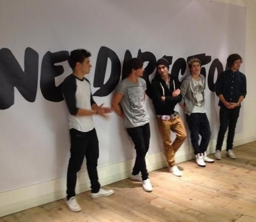 "they all look so swag leaning against the wall except for harry.. he just looks like a little english boy yeah like ""i'm such a good british boy""  SwagSwagSwagSwagCupcake princess"