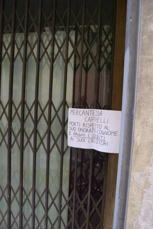 translation with my shitty italian: SHOPKEEPER CAPPELLI, RESTORE RESPECT TO YOUR HONORABLE NAME AND PAY YOUR DEBTS TO YOUR CREDITORS.