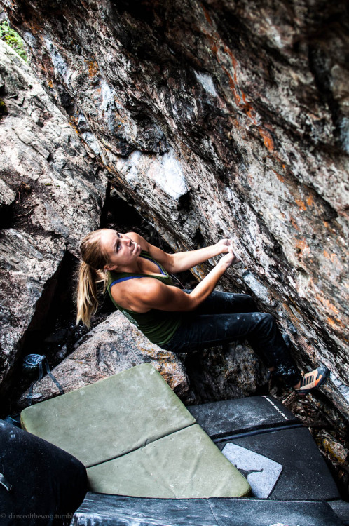 socalhulagirl:  danceofthewoo:  tiffany. mind matters, v12. guanella pass, colorado. july 2012.  that move, those arms, determination…nice photo!