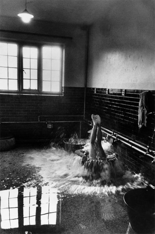 Cornell Capa, Early morning cold baths, Winchester College, England, 1951