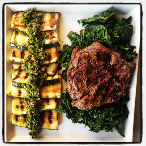 urbanfrolicker:  grassfed steak, steamed kale, grilled zukes w/ arugula pistachio orange zest pesto!  yum