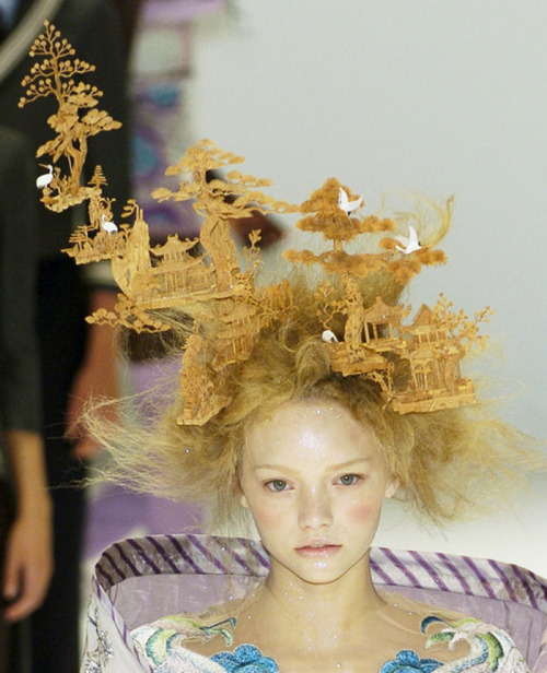 dixias:  gemma ward at alexander mcqueen spring 2005     Fucking awesome hair.