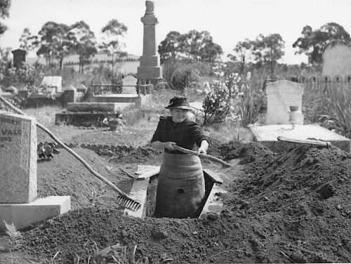 luzfosca:  Josephine Smith digging a grave at the Drouin Cemetery, Victoria, ca. 1944. Meet Mrs. Josephine Smith, aged 84, whose hobby is digging graves. She lives in Drouin, a typical little farming town (1100 people), in southern Australia, 60 miles out of the Victorian capital, Melbourne. From Some Photos from the National Library of Australia