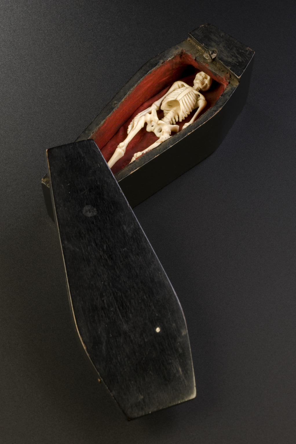 panicbeats:  Ivory skeleton suspended in a case, Europe, 1701-1800 Memento mori statues were used to remind people of the shortness of human life and the uselessness of material luxuries. This ivory model of a skeleton is suspended in its case. The door can be opened to reveal the skeleton.