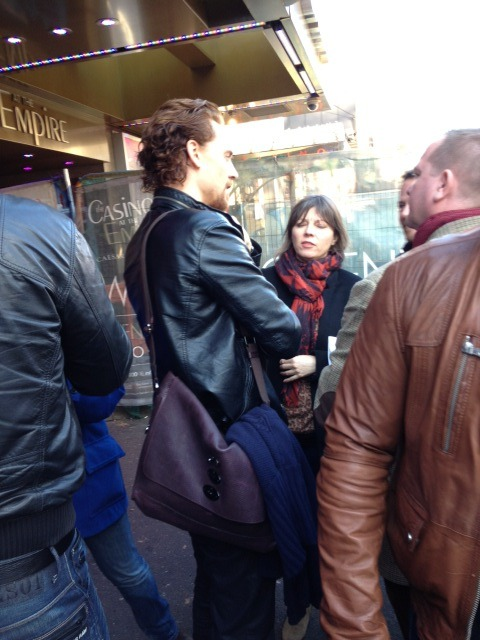 full-length-hiddles:  Successful paparazzi.  …. I want that bag…. I want it, with a need.