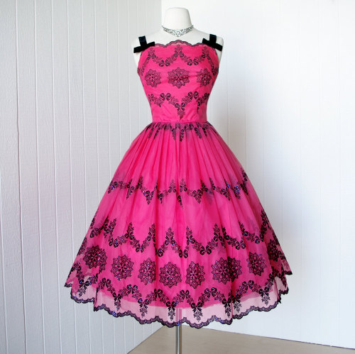 1950's Fuchsia organza cocktail dress (via)