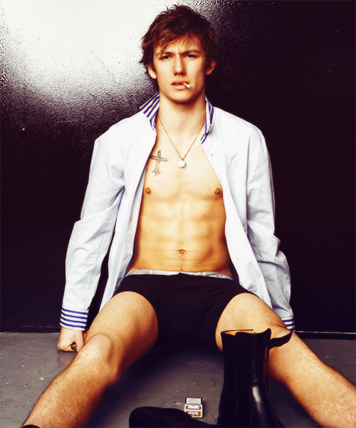 yeahpeeta:  2/50 flawless pictures of Alex Pettyfer ♥