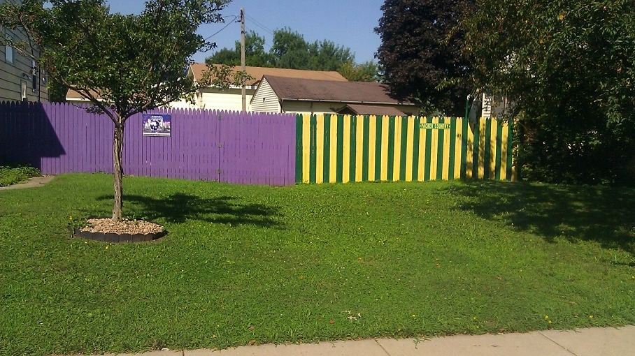 Vikings & Packers fans living next to each other. AWK-WARD!