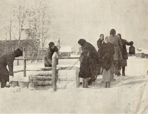 zolotoivek:  Russian women at the village well, 1926.