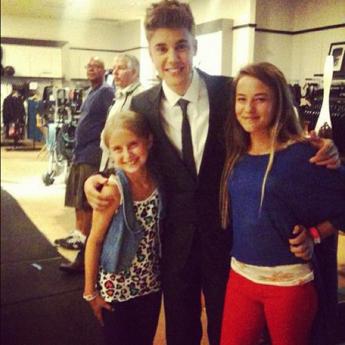 boybeliber19:  Justin with some fans on Monday good night guys #bieber #beliebers #believe #amazing #swag #singer #swaggy #justinbieber #flawless  (Taken with Instagram)
