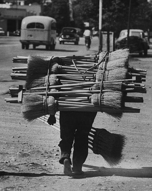 luzfosca:  Cornell Capa  A broom Peddler going door to door, Guatemala, circa 1953 From Time & Life Pictures/Getty Images