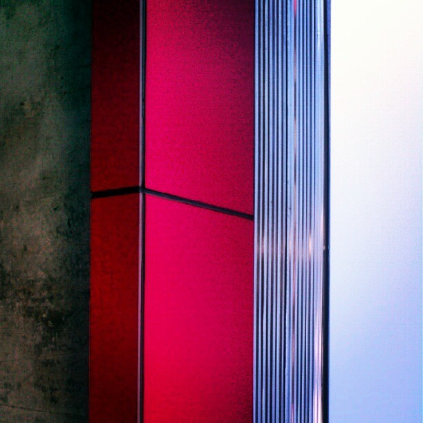#architecture #minimal #minimalism #modern #clean #red #corrugated #metal #concrete #vertical #parallel (Publicado com o Instagram)