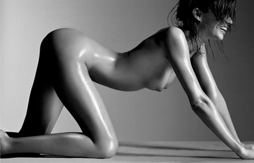 All fours and in the nude, Miranda Kerr you naughty girl.