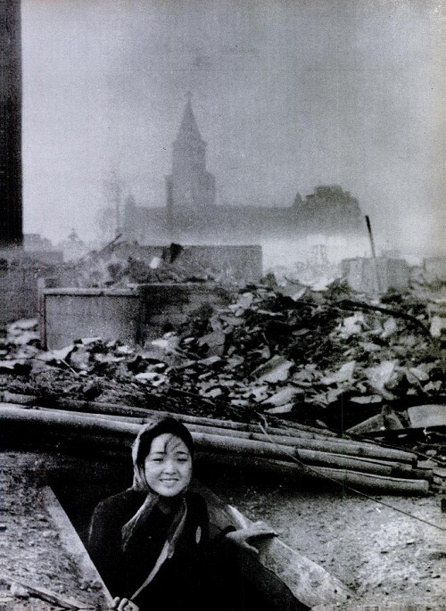 rhea137:  A girl emerges from a bomb shelter surounded by the ruins of Nagasaki. August 10, 1945. Yōsuke Yamahata
