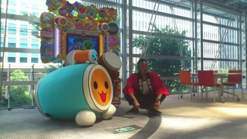 From this weeks Famitsu; Nagoshi-san posing in front of Namco's latest Taiko Drum Master machine!