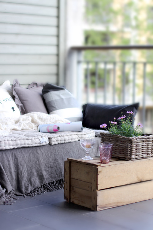 DIY: pallet sofa on the balcony (via STYLIZIMO BLOG)