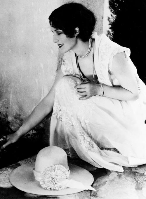 bobertsbobgomery:  Norma Shearer photographed in the garden of her Hollywood home, 1930