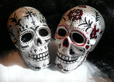 jessikamaggot:  I wish I could have bought these as my wedding cake toppers, my colors were black and red and these are just divine. If you want to check them out yourselves go here http://www.etsy.com/listing/97583383/day-of-the-dead-gothic-skull-cake-topper