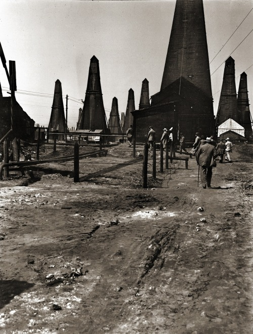 zolotoivek:  Oil derricks at Balakhany oil field, Baku, 1912.
