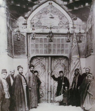Pilgrims at the door of the  shrine of Imam Ali (as) in Najaf, Iraq, c. 1925, photographer unknown (via)