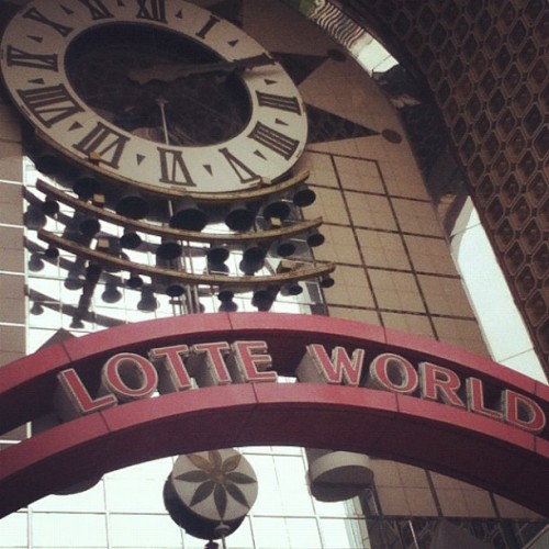 I went to lotte world! #lotteworld #amusementpark #amusement #fun #happy #attraction #ride #gate #clock #bigclock #building I think I'm brain storming making tags lol (Instagram으로 촬영)