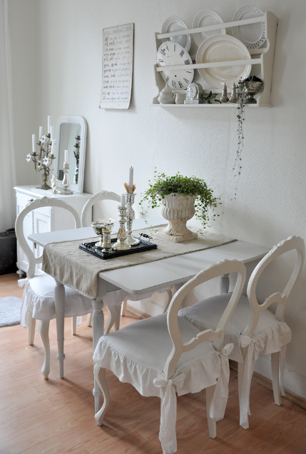 source: vintage chic ~ love this little dining room