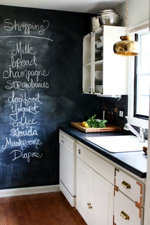 Cute kitchen, a blackboard wall is a must!