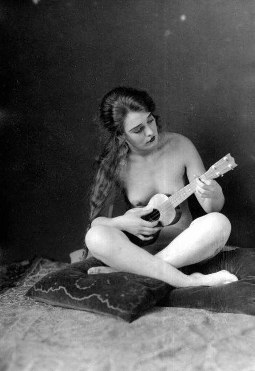 lilyarh:  Amanda F Palmer has marvellous taste in nude ukelele playing women