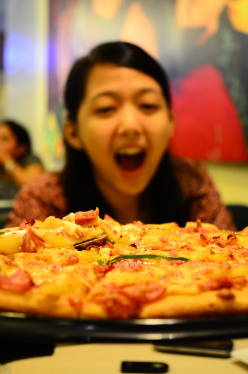 First time nakakita ng pizza ang mahal ko. Happy monthsary love <3.