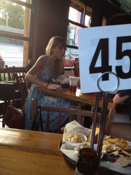 Taylor Swift at dinner Thursday night (8/9/12). (X)