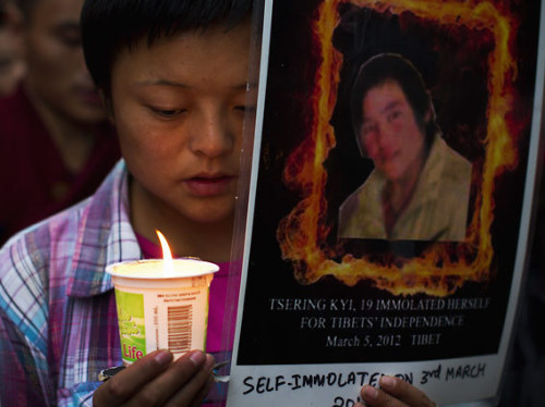 fotojournalismus:  An exile Tibetan participates in a candlelit vigil to remember Tibetans who have allegedly self-immolated in Tibet, in Dharmsala, India, Friday, Aug. 10, 2012. Exiles claim Choepa, 24, immolated himself Friday in Meruma village of Ngaba in Amdo province in Tibet. [Credit : Ashwini Bhatia/AP]