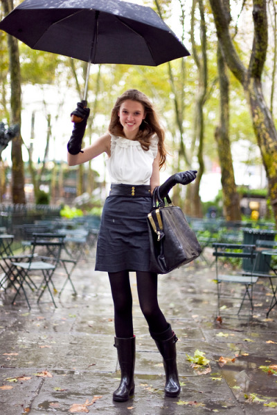 Walking in the rain and managing to look super chic…Bryant Park, NYC (via Nadine)