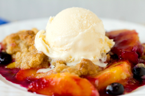gastrogirl:  peach and blueberry crumble.