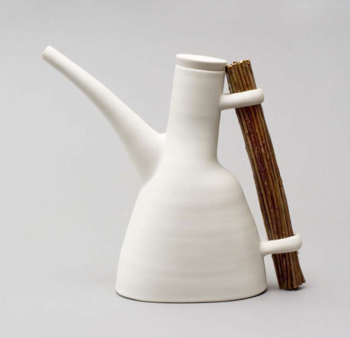 A beautifully designed coffee/tea pot from Ann Linnemann. On permanent exhibition at the Gallery Shop. I love this handle. via the189