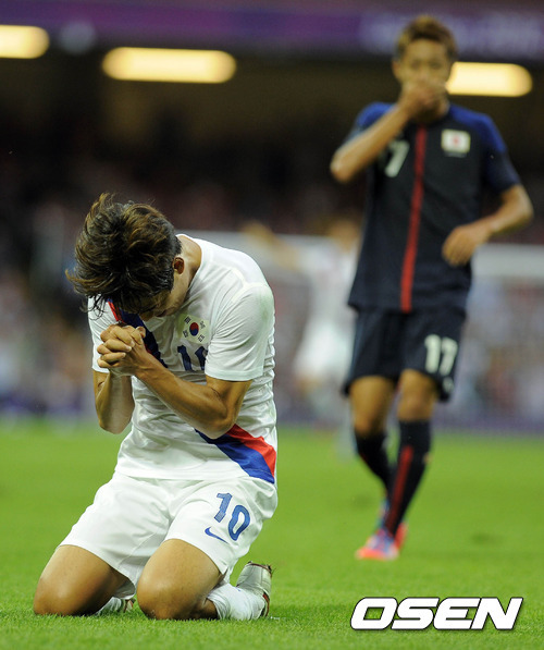 livelifetotheillest:  Park Chu Young doing his ceremony after scoring against Japan. KOREA got its first ever medal in the Olympics soccer!!