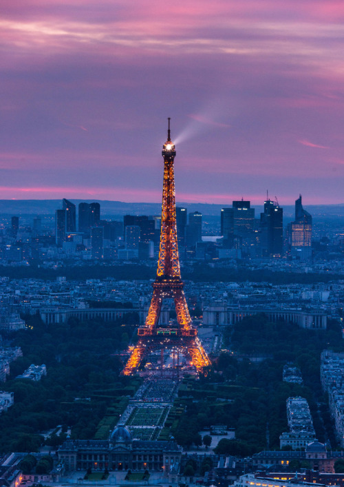 Le tour Eiffel at dusk (by Keith McInnes Photography)