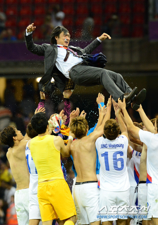 jamiemoon:  yooja:  History in the Making: South Korea football team celebrates with their coach Hong Myung Bo in victory over Japan. Scoring 2:0, this is the first time ever that South Korea has received a medal in Olympics Men's Soccer.   처음과 마지막 회식 끝나서, 집에 오자마자 일단 커피 두 잔 미사고….죽는 줄 알았는데…… So worth it. Oh my god. 홍명보 표정관리 완전 멋있어 <3