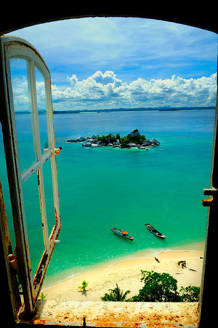Ever been to Lengkuas Island in Indonesia? The views are great! We can almost feel the ocean breeze and smell the water just looking at this pic. Fun fact: currently, there are only 3 residents of the island; they are all lighthouse operators.