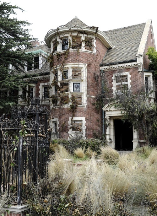 invisobitch:  Murder house, sweet murder house