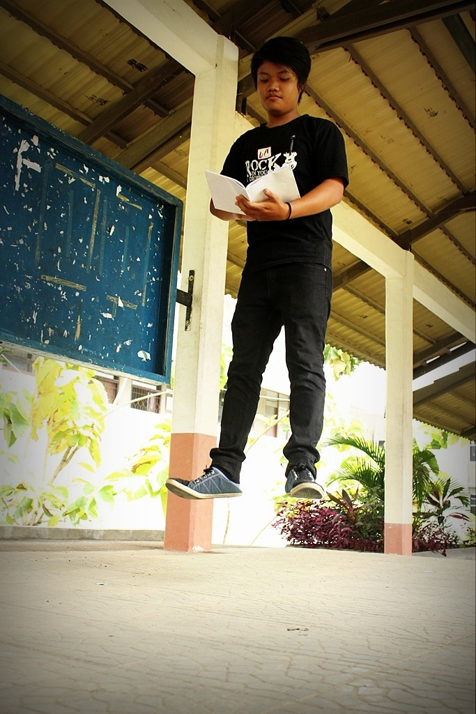 """Reading Like a Boss part III"" By: @AhmadFadhel Model: @FreaksPauL Regional: @LevitasiHorePDG Kamera: Canon EOS 550D Shutter Speed: 1/320 Lokasi: Kampus UNAND"