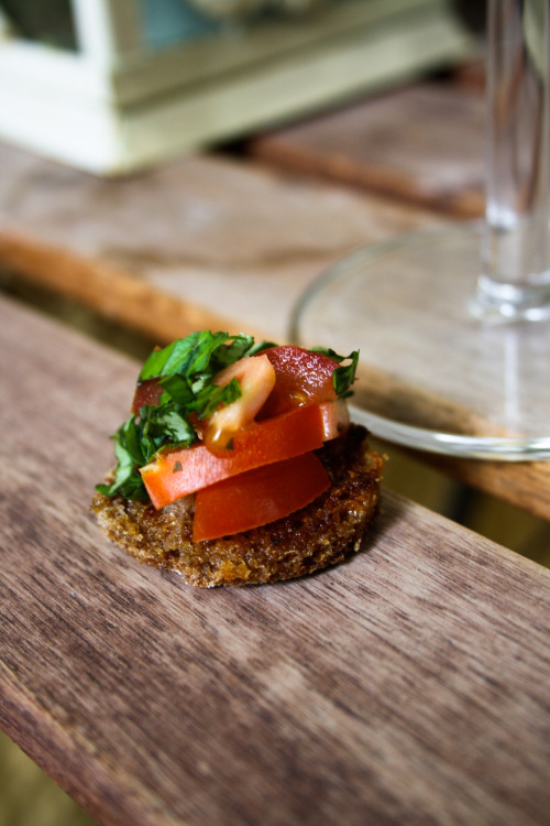 Appetizer with rye bread, tomato and basil.
