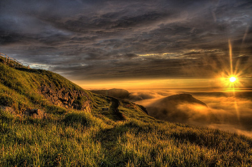 mell0w-life:  sunrise over fog by Zach Bonnell on Flickr.
